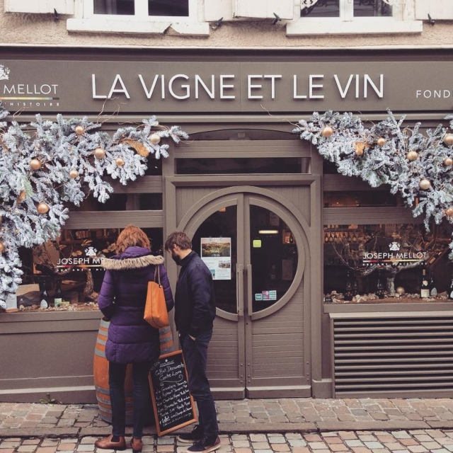Christmassy wine boutique in Sancerre  Welcome D E Chellip